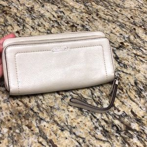 💥Authentic Coach Wallet/Wristlet💥 Cream color☀️